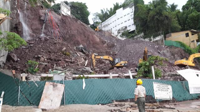 Derrumbe en Amapas; colapsa calle y peligran construcciones