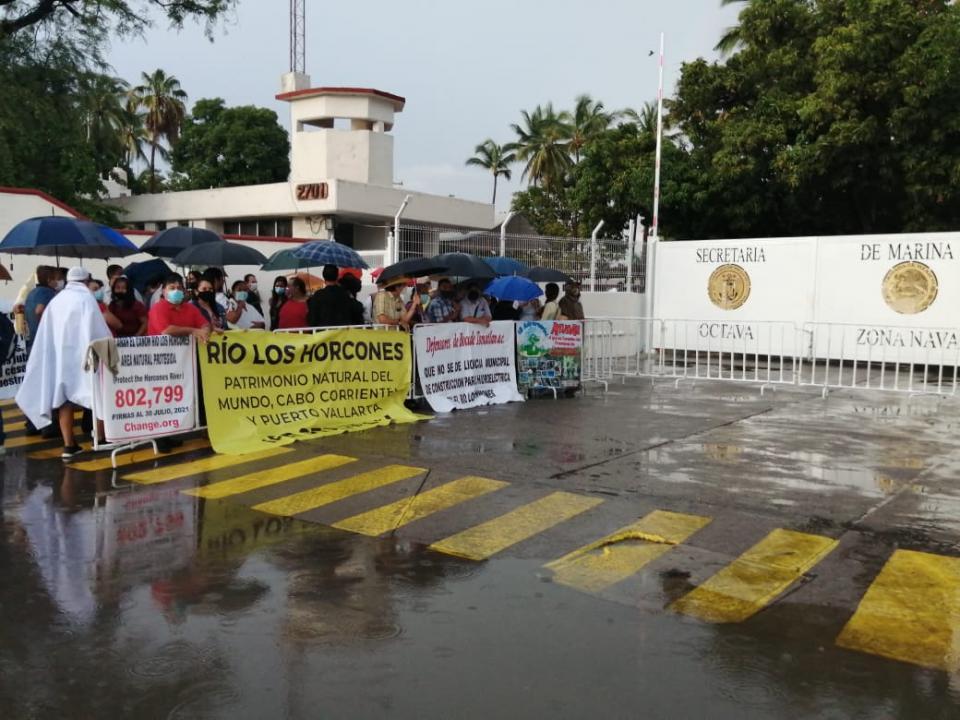 Esperan ciudadanos a AMLO afuera de la zona naval