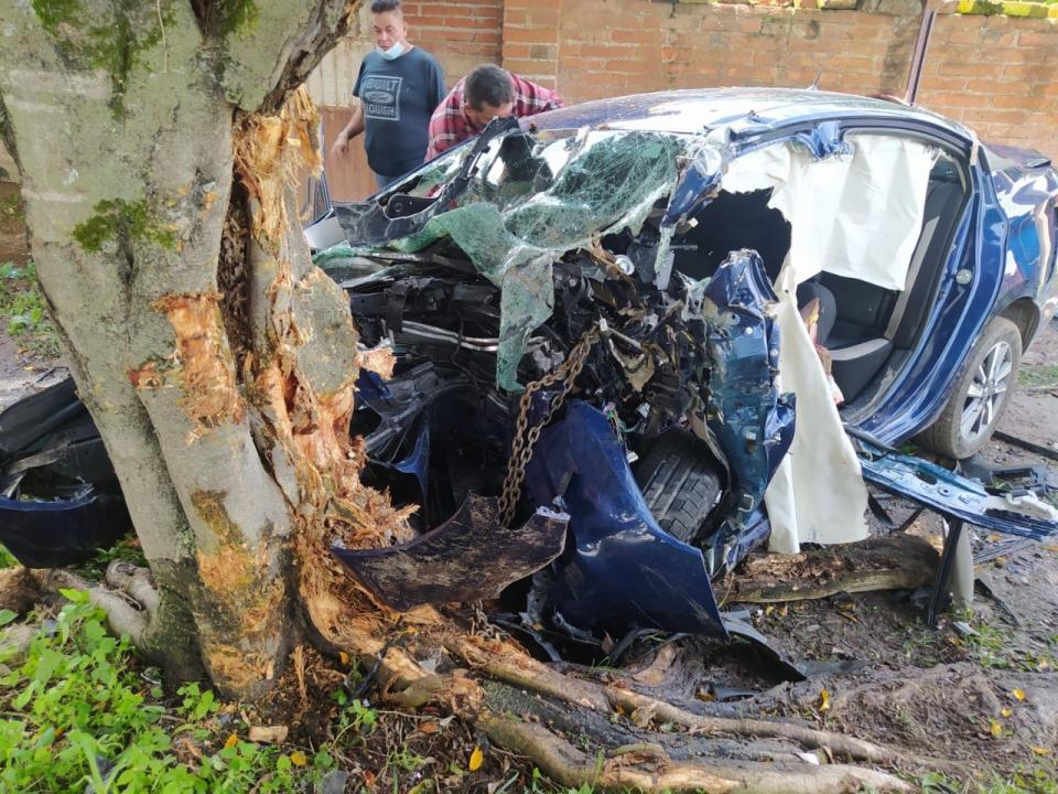 Joven se impacta con árbol y queda gravemente herido