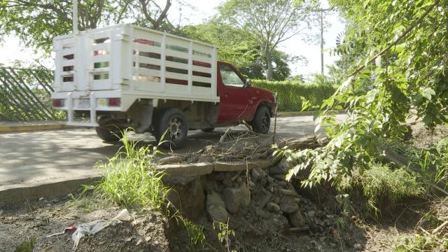 Parchan vecinos socavón en ingreso a Valle Marlyn