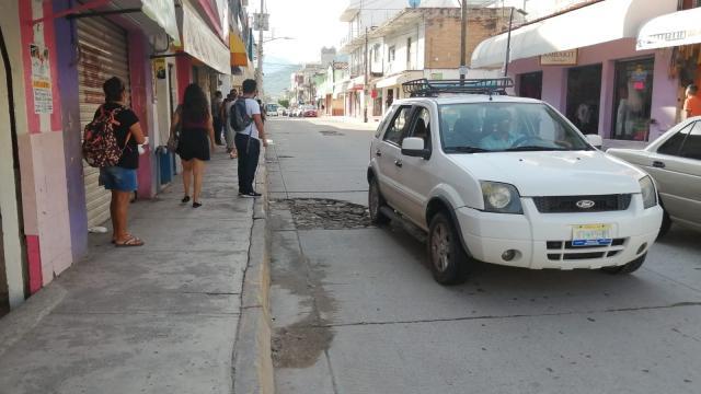 Pavimento destruido en la calle 20 de noviembre del Pitillal