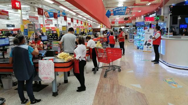 Regresan como empacadores 120 abuelitos a supermercados