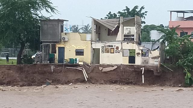 Se desploma casa de la San Esteban devorada por el río