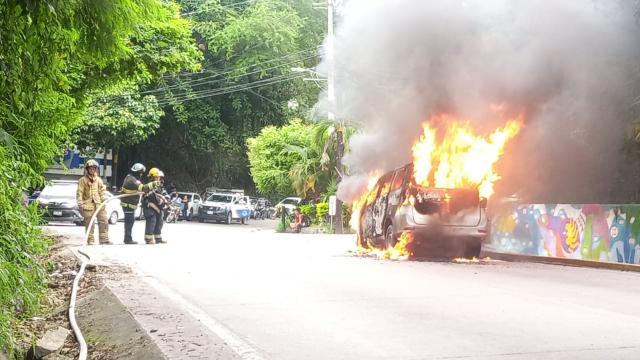 Se incendia camioneta en la carretera 200