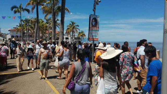 turistas atascan el malecon de vallarta en plena pandemia
