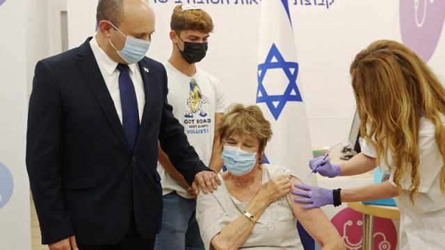 Aplicación de tercera dosis contra el Covid-19 en Israel