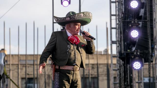 Vicente Fernández continúa en terapia intensiva