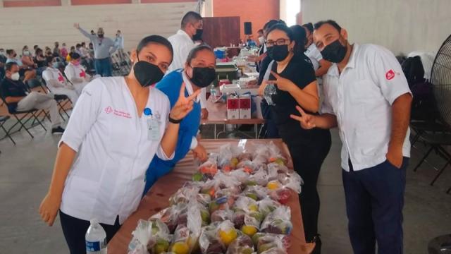 Empresarios entregan alimento a personal de la jornada de vacunación
