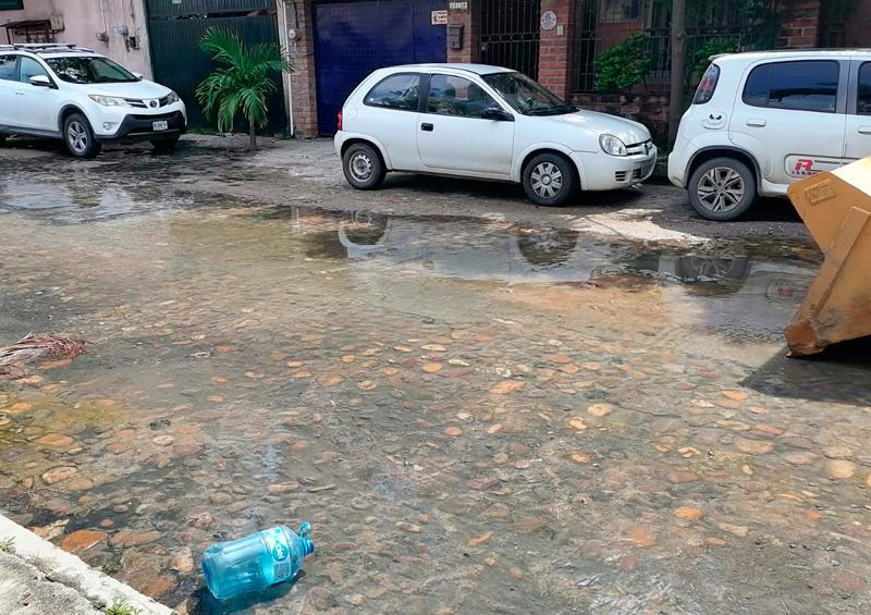 Fuga de aguas negras en la Diaz Ordaz molesta a vecinos