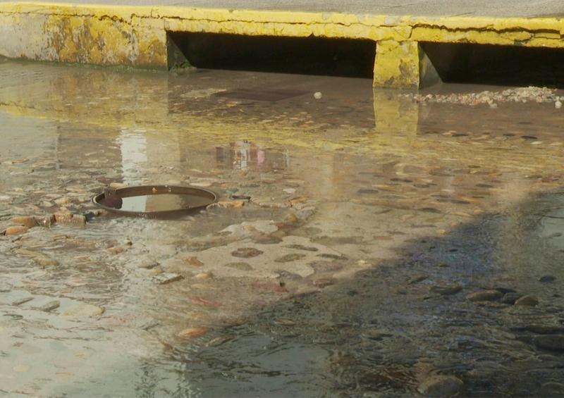 En calle Juárez en zona centro baches, socavones y alcantarillas dañadas