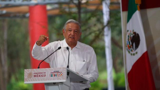 "Tras regalo-bomba en Salamanca, AMLO insiste en ""abrazos no balazos"""