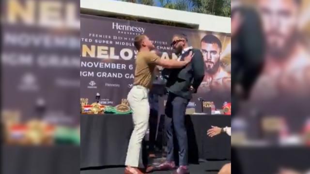 Los boxeadores terminan en golpes en una conferencia de prensa.