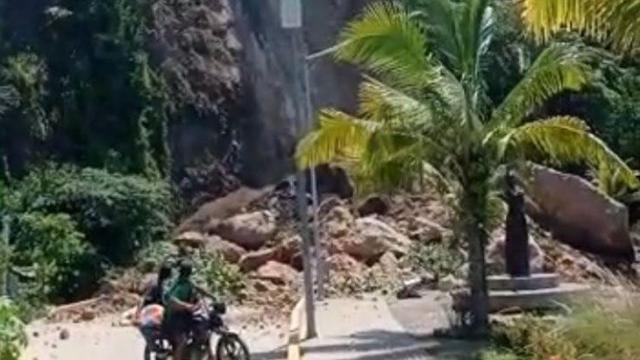 Deslave en el cerro del Paseo de Aticama en Nayarit