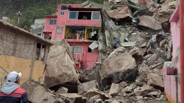 Madre de joven atrapada entre escombros pide que la saquen