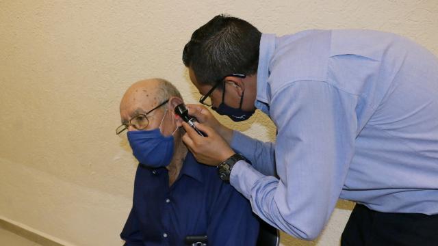 Apoya DIF a personas con discapacidad auditiva