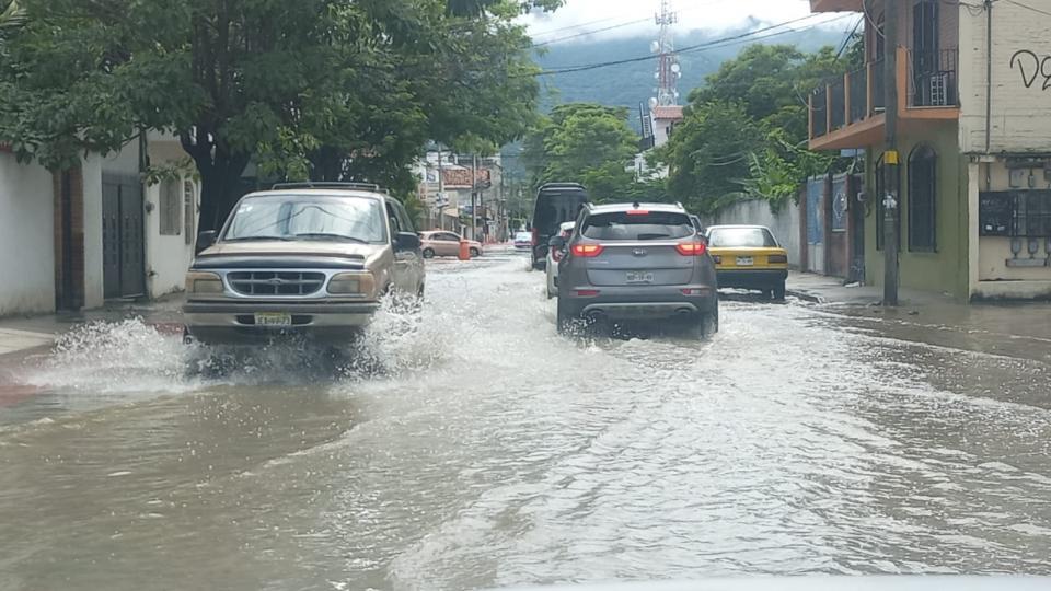 Drenaje saturado inunda calles