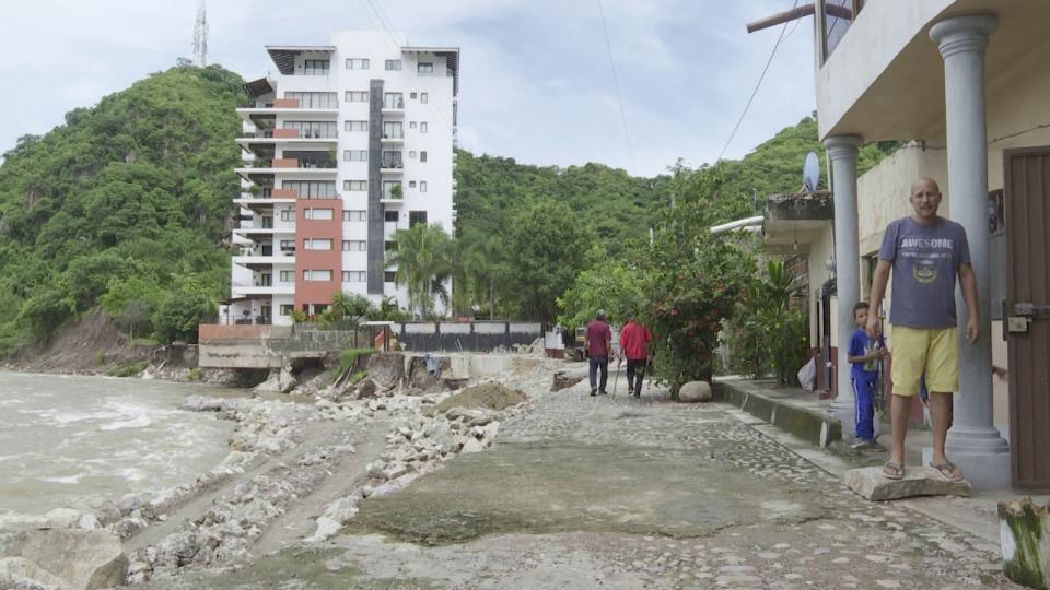 Crecidas del río Cuale ponen en riesgo a familias.