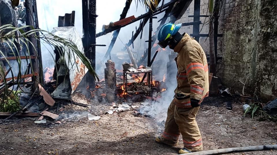 Se incendia choza en colonia Independencia