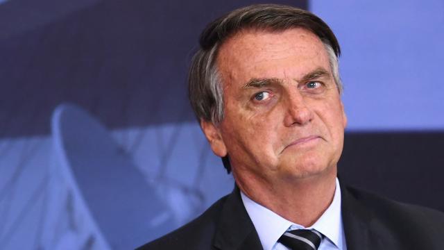 Bolsonaro tuvo que comer pizza en la calle debido a que no está vacunado y no puede ingresar a restaurantes.