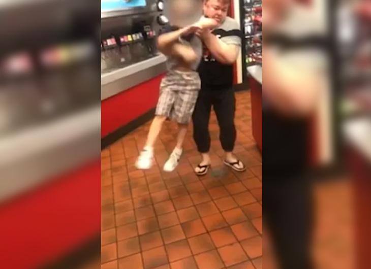 Madre arroja al suelo a su hijo con autismo