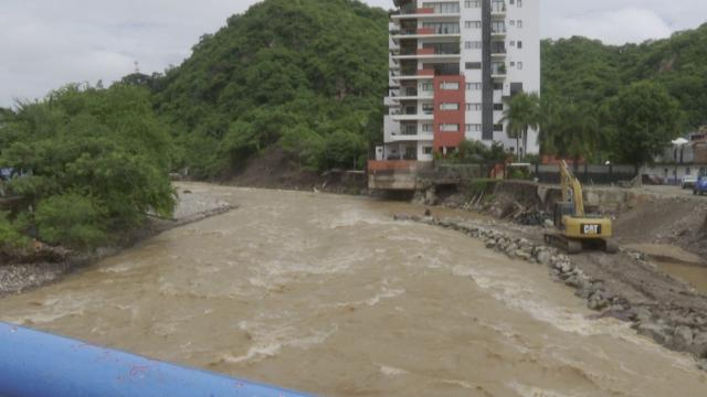 Calle Invierno perdió un carril por la creciente del Rio Cuale