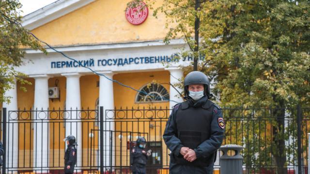 Los agentes de policía patrullan el edificio del campus de la Universidad Nacional de Investigación del Estado de Perm, en la ciudad de Perm, a unos 1.300 kilómetros (800 millas) al este de Moscú el 20 de septiembre de 2021, luego de un tiroteo.