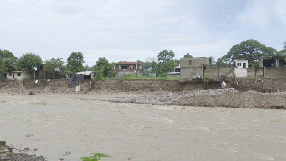 Desbordamiento de río pone en riesgo el patrimonio de las familias del lugar