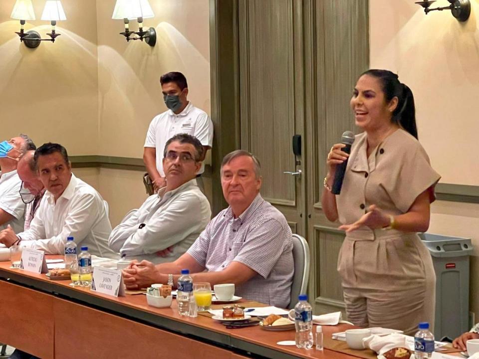 Alcaldesa Bahía con empresarios