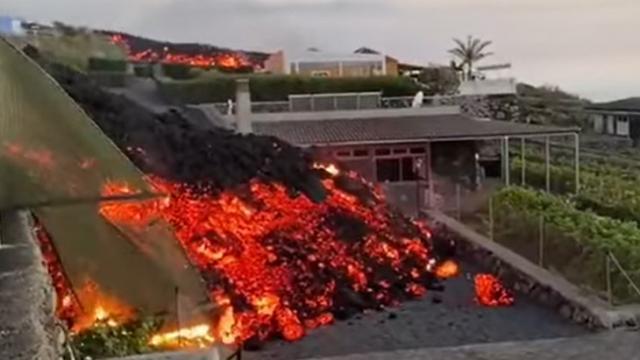 Volcán en Canarias destruye casas y obliga evacuación.