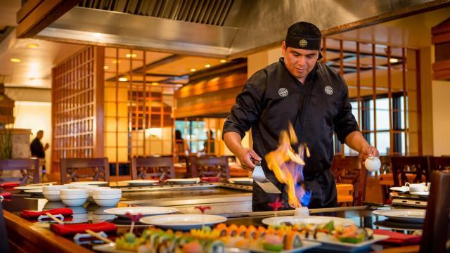 Cocinero preparando comida japonesa