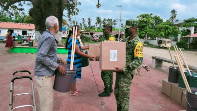 Militare entregando apoyos a la población