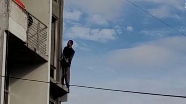 Un hombre se lanza desde un tercer piso en una zona conocida como La Rotonda en Xalapa, Veracruz