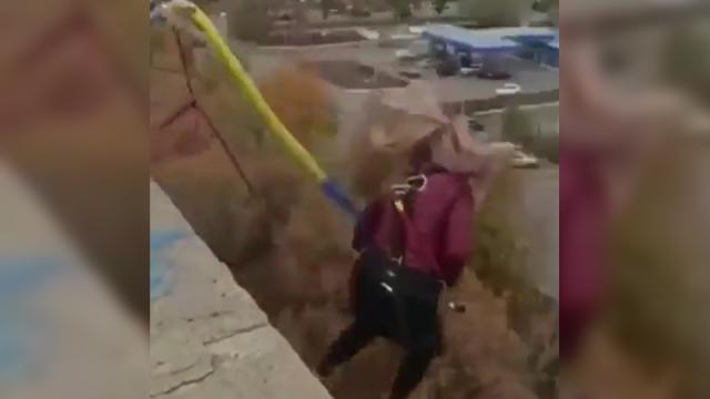Video de mujer que cae de bungee de 25 metros de altura