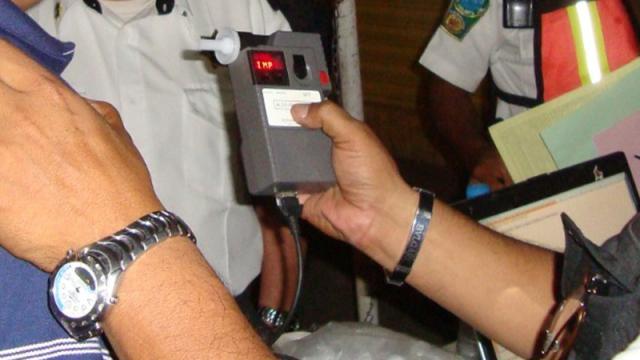 Elementos de Tránsito realizando pruebas de alcoholímetro en Puerto Vallarta
