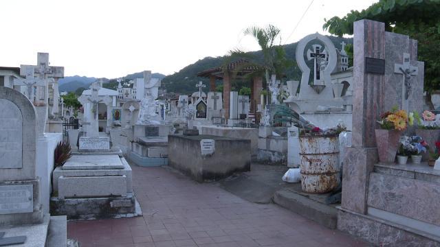 Panteones en Vallarta en el Día de Muertos