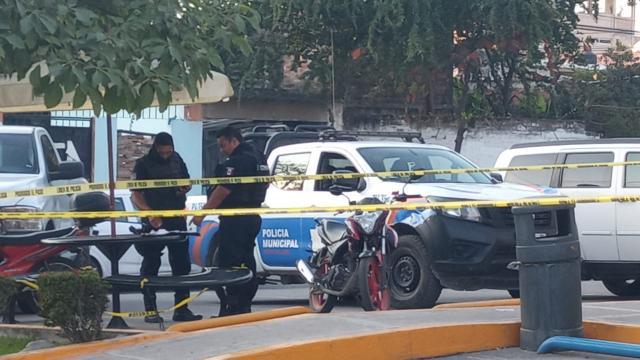 Policía Municipal a las afueras del departamento de una mujer de origen estadounidense encontrada sin vida